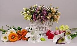 Искусственные разные цветы